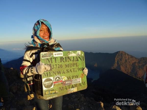 Sunrise di puncak Dewi Anjani di ketinggian 3.786 mdpl, teramat menakjubkan.