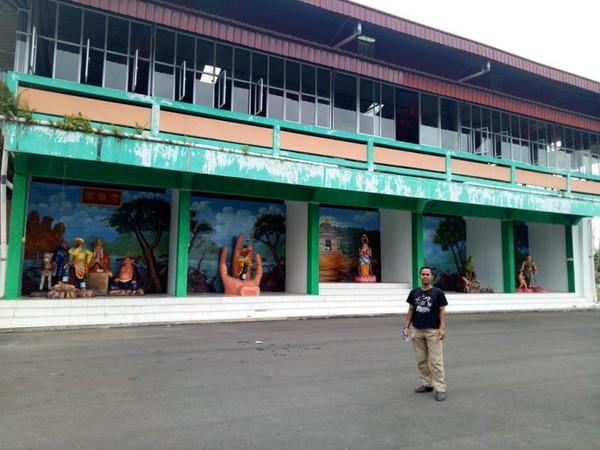 Sisi Pagoda Quan Am Tu dengan aneka diorama.
