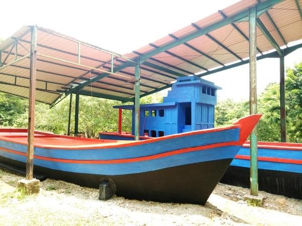 Perahu yang pernah mengangkut pengungsi dari Vietnam ke Indonesia yang kini dijadikan monumen.