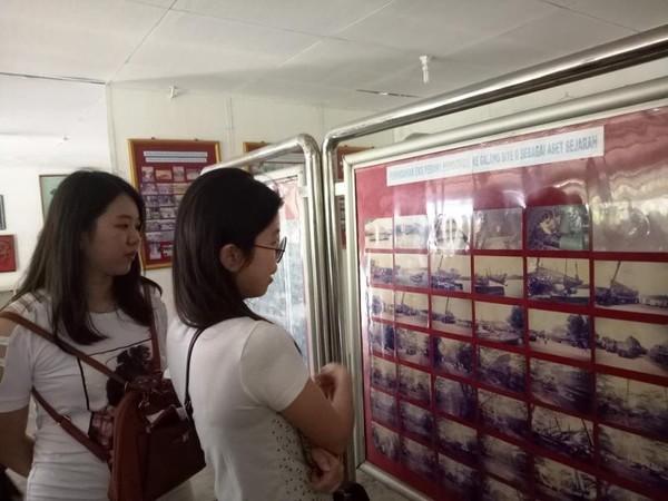Pengunjung yang sedang melihat koleksi foto migrasi pengungsi.