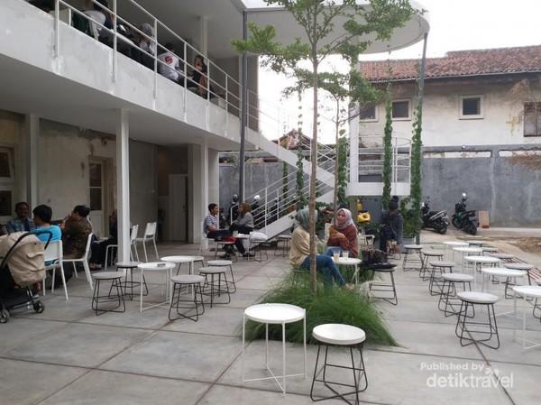 Kafe ini menawarkan tempat nongkrong yang cukup luas baik indoor maupun outdoor