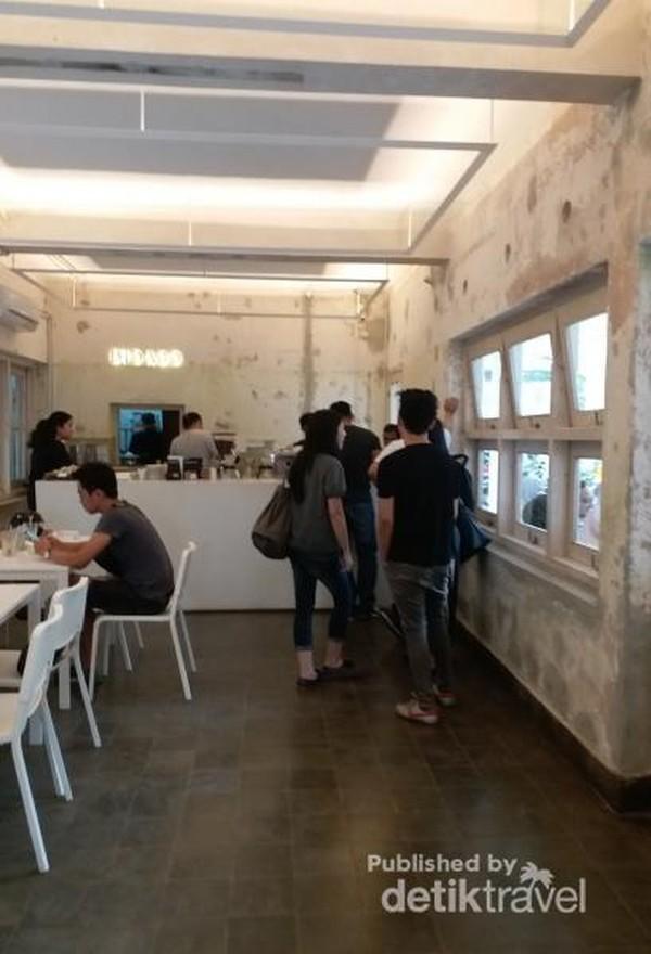 Kafe yang dibuka sejak September 2019 ini buka mulai pukul 08.00 hingga 22.00