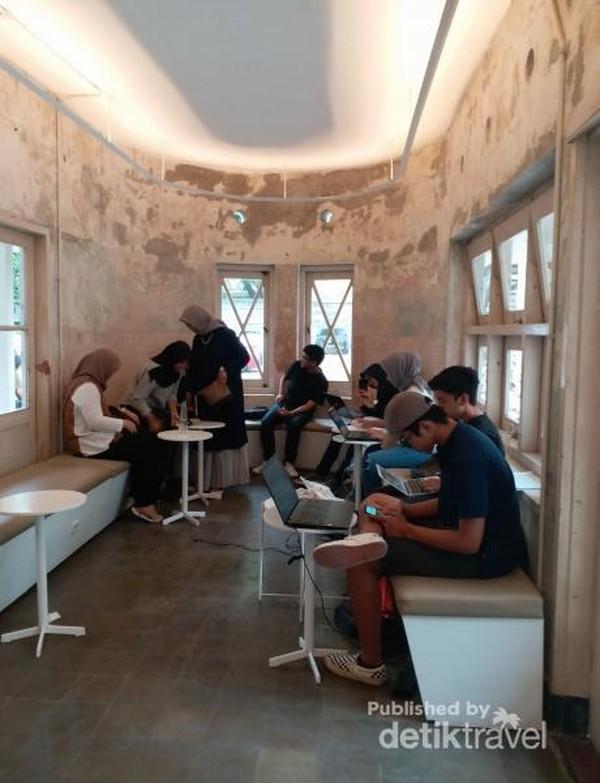 Sejak dibuka kafe ini selalu ramai pengunjung, apalagi dengan tempatnya yang cozy