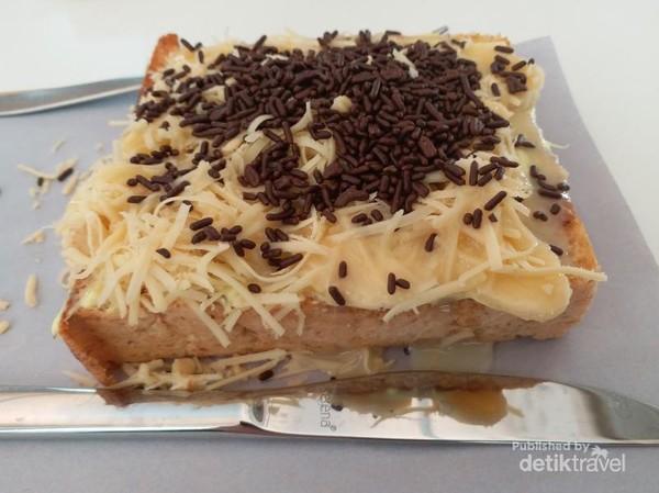 Selain kopi, Didago Coffee menyajikan toast dan makanan lain dengan harga terjangkau