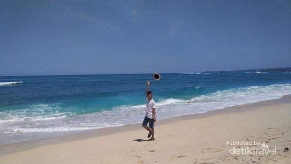 Pantai Marosi. Memiliki pasir putih dan lembut, pantai ini cocok untuk lari-lari menghilangkan penat.