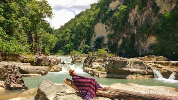 Air Terjun Tanggedu. Air terjun Tanggedu dikenal sebagai grand canyon dari Sumba Karena berada di antara bebatuan besar.