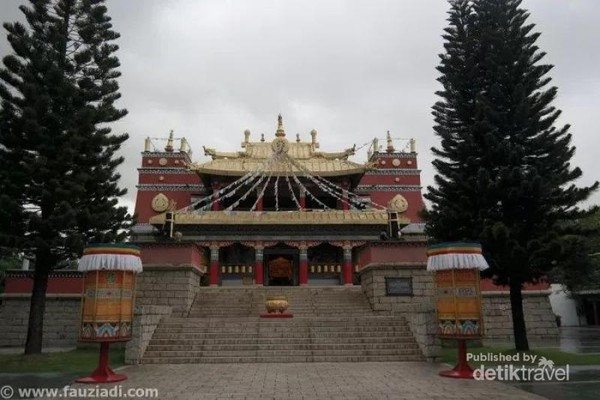 Lamasary. Merupakan bangunan peribadatan para penganut ajaran Lamaism. Lamaism sendiri merupakan cabang dari ajaran Budhism yang kebanyakan dianut oleh orang-orang Tibet dan Mongol. Lamaism merupakan kombinasi antara agama Budha dan kepercayaan lokal