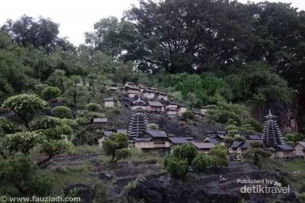 Ada juga lokasi khusus yang hanya berisi miniatur-miniatur tempat wisata terkenal di Tiongkok, seperti Great Wall, Imperial Palace, Patung Teracota, Stone Forest, Sungai Li, Potala Palace, hingga miniatur Masjid Id Kah di Xinjiang