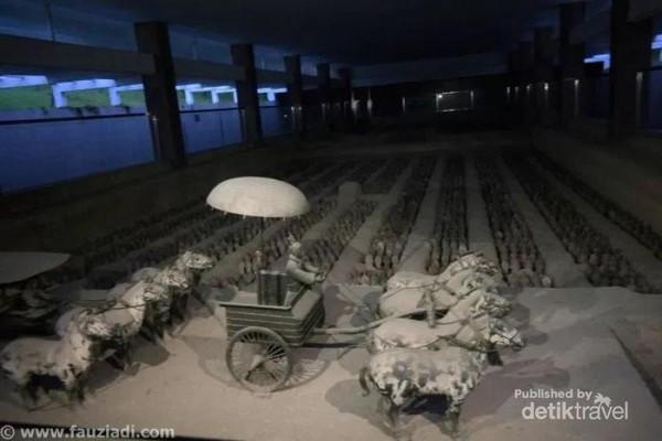 Miniatur dari Museum Kuburan Prajurit Terra Cotta di Kota Xian, yang merupakan kuburan dari patung-patung prajurit beserta kuda perang di zaman dinasti Qin. Total ada sekira 6000 patung prajurit dengan formasi sempurna untuk perang,