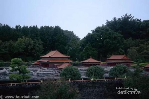 Bagian dari Imperial Palace (Forbidden City), Beijing. Imperial Palace dibangun pada tahun 1942 atau tahun ke-4 dari pemerintahan Yongle di zaman dinasti Ming. Istana ini memiliki luas sekira 72 hektar dan memiliki lebih dari 9000 ruangan