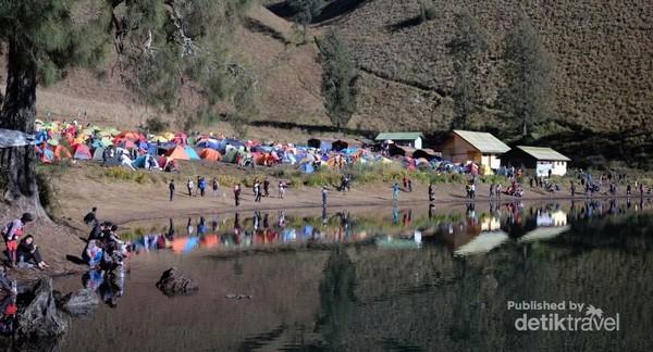 Kampung warna-warni pendaki menambah keindahan Ranu Kumbolo.
