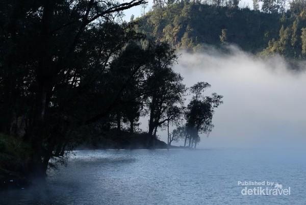 Suasana pagi di Ranu Kumbolo, Kabut tipis menyelimuti atas Ranu membuat pemandangan semakin dramatis.