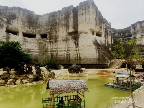 Terdapat Danau Buatan yang bisa digunakan untuk berfoto