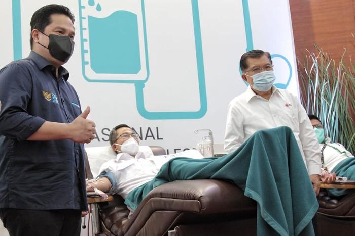 Direktur Layanan & Jaringan BNI Ronny Venir mendonorkan plasma konvalesen dalam program Plasma BUMN Untuk Indonesia (Dok. BNI)