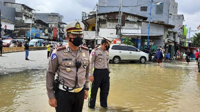 Dirlantas Polda Metro Jaya Kombes Sambodo Purnomo Yogo pantau lokasi banjir di Jalan Jatinegara Barat