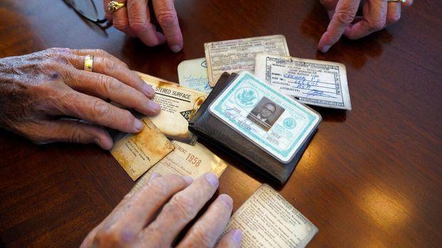 Paul Grisham angkatan laut tahun 1968 menerima dompetnya lagi yang hilang di Antartika. (Nelvin C. Cepeda/The San Diego Union-Tribune via AP)