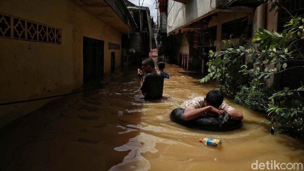 Pemprov DKI Siapkan 100 Tenda Khusus Pengungsi Banjir yang Positif COVID-19