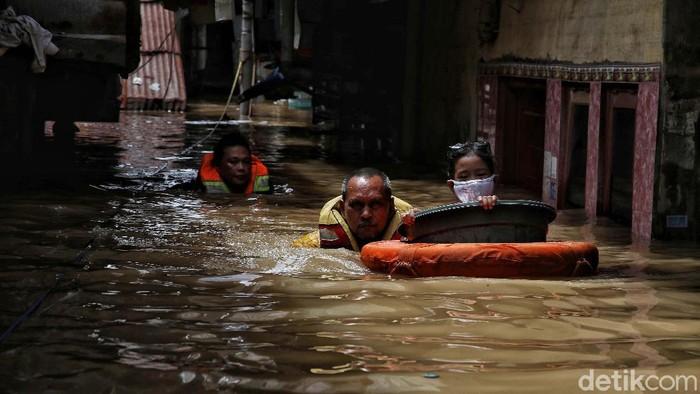 Banjir masih merendam wilayah Kebon Pala, Kampung Melayu, Jakarta. Di Kebon Pala, Kampung Melayu ketinggian air mencapai 190 cm.