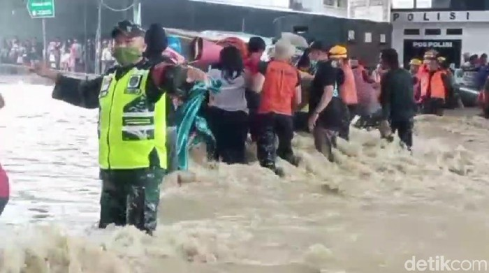 Evakuasi korban banjir Pamanukan Subang berlangsung dramatis
