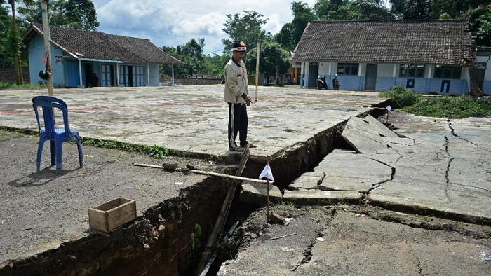Fenomena tanah bergerak terjadi di sejumlah wilayah di Jawa Barat, mulai dari Garut, Tasikmalaya hingga Ciamis. Berikut penampakan dampak kerusakannya.