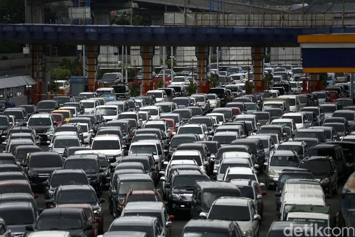 Banjir di sejumlah titik di DKI Jakarta, berimbas kepada lalu lintas di ruas Tol Jagorawi. Kemacetan parah terjadi di rua tol yang mengarah ke Gerbang Tol Cililitan.