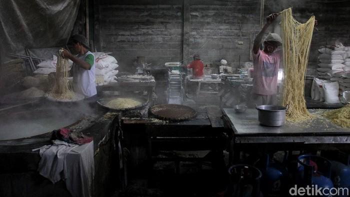Ketandan tak hanya dikenal sebagai kawasan pecinan yang tersohor di Yogyakarta. Di sana juga terdapat sebuah pabrik mi yang telah berdiri sejak tahun 1930 lho.