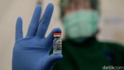 Sejumlah tenaga kesehatan berusia lanjut menjalani vaksinasi virus Corona di Jakarta. Para nakes lansia tersebut disuntik vaksin COVID-19 buatan Sinovac.