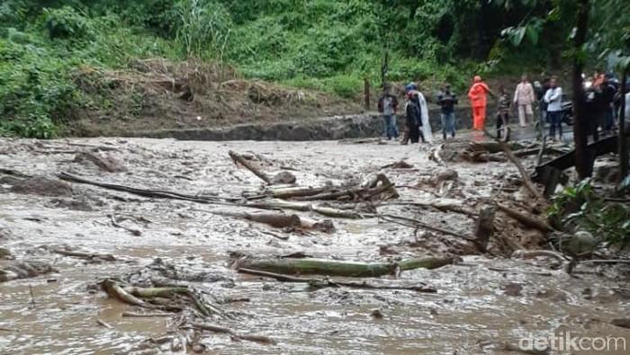Jalur alternatif Cianjur menuju Jonggol terputus akibat longsor