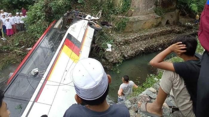 Kecelakaan bus rombongan Pemkab Agam di Kabupaten Madina.