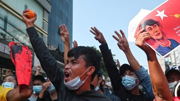 Kudeta Myanmar: Demo berlanjut, kaum buruh mogok nasional dan serukan pembebasan Aung San Suu Kyi