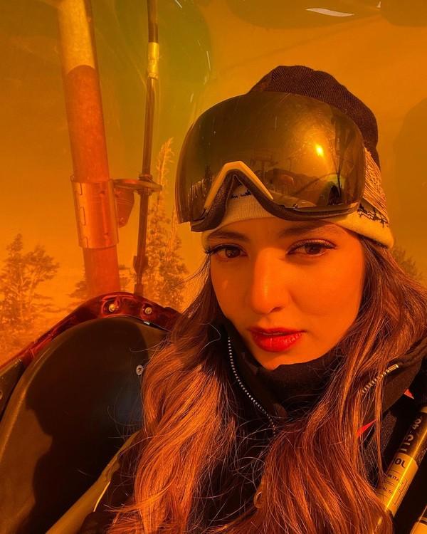 Lengkap dengan peralatan ski, Nia tetap tampil cantik. (Instagram/Nia Ramadhani)