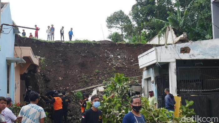 Longsor Timpa 2 Rumah di Bandung Barat