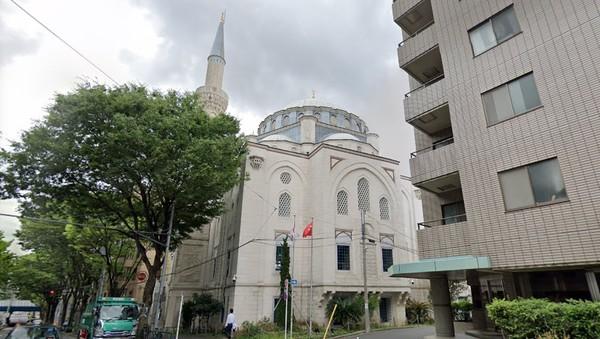 Masjid Tokyo atau Tokyo Camii terletak di kawasan Shibuya, Tokyo, Jepang yang merupakan sebuah pusat Budaya Turki. Masjid ini masjid terbesar yang ada di Jepang. (Google)