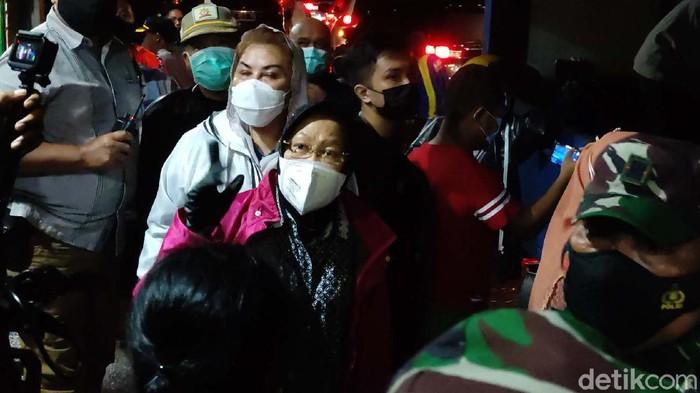 Menteri Sosial Tri Rismaharini mengunjungi para pengungsi banjir di Semarang, Minggu (7/2/2021). Risma sempat melihat dapur umum dan memberikan bantuan.