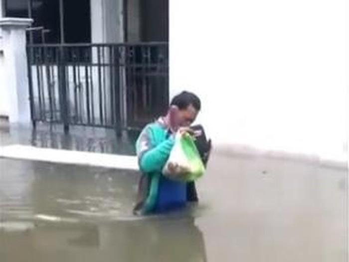 ojol terjang banjir di semarang untuk antar makanan