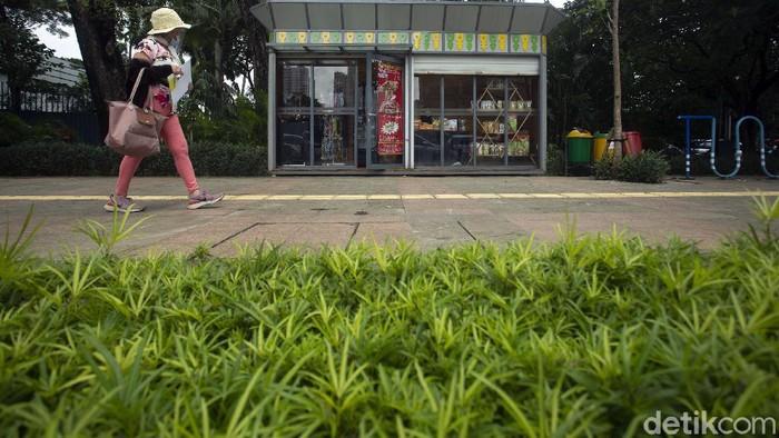 Ada yang berbeda di trotoar yang berada di kawasan MH Thamrin, Jakarta. Di trotoar itu kini terdapat kios penjualan bagi UMKM. Berikut penampakannya.