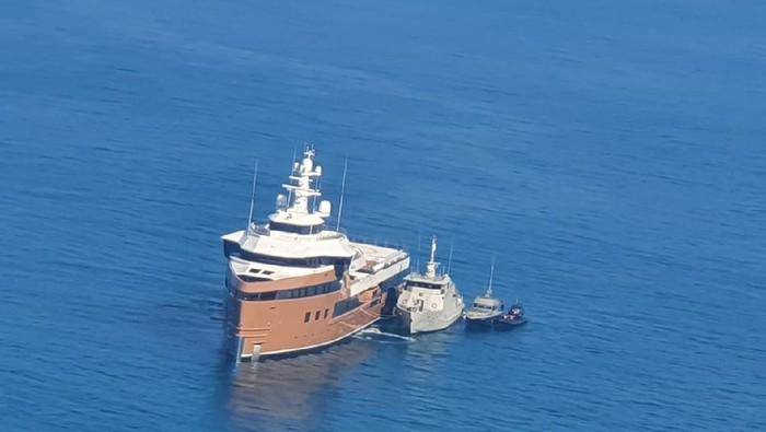 Kapal pesiar La Datcha George Town milik Rusia masuk perairan RI tanpa izin.