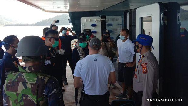 Proses pemeriksaan kapal dan penumpang.
