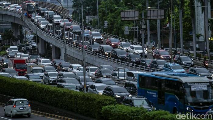 Kemacetan kendaraan terlihat di sejumlah ruas jalan Ibu Kota. Kemacetan tersebut terlihat di hari terakhir penerapan PPKM di Jakarta.