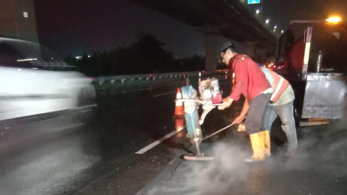 Proses perbaikan jalan berlubang yang bikin ban pecah di Km 39+500 Tol Jakarta-Cikampek