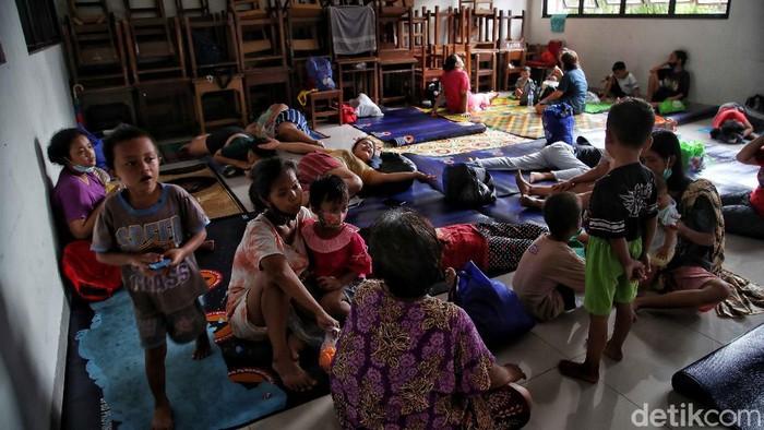 Gedung sekolah di kawasan Kebon Pala, menjadi tempat mengungsi ratusan warga yang terdampak banjir di kawasan tersebut. Berikut penampakannya.