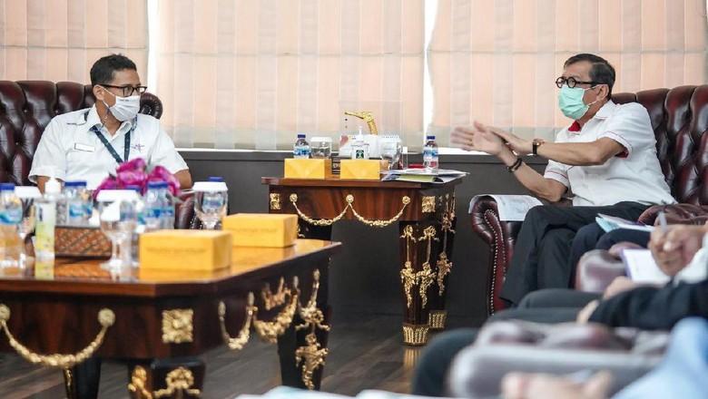 Menteri Pariwisata dan Ekonomi Kreatif, Sandiaga Uno bertemu Menkumham Yasonna Laoly di Jakarta.