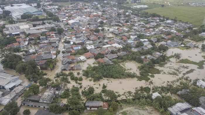 Hujan yang guyur kawasan Jabodetabek mengakibatkan banjir terjadi di sejumlah kawasan Jakarta dan Bekasi. Berikut penampakan banjir yang rendam kawasan Bekasi.