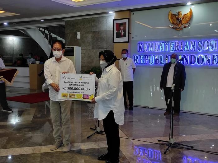 Sido Muncul memberikan bantuan untuk korban bencana kepada Menteri Sosial Tri Rismaharini, Senin (8/2/2021).