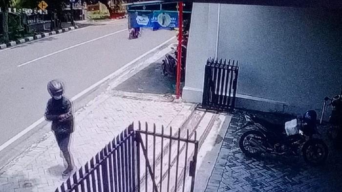 Tangkapan layar rekaman CCTV maling motor di Solo, Jumat (5/2/2021).