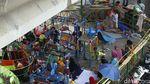 Warga Terdampak Banjir Rawajati Mengungsi di Kolong Jembatan