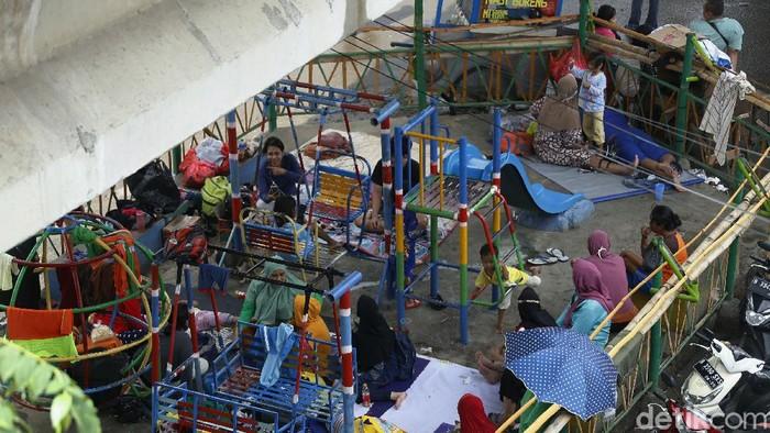 Banjir merendam kawasan Rawajati, Jakarta Selatan. Warga yang terdampak banjir pun kemudian mengungsi ke kolong jembatan.