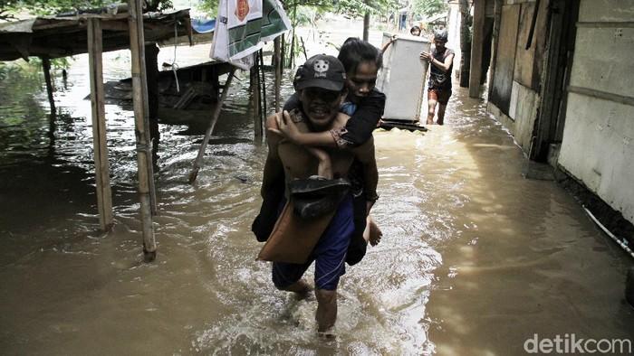 Warga di bantaran Sungai Ciliwung turut terendam banjir. Sejumlah warga mulai selamatkan barang-barang berharga mereka dan mengungsi ke tempat yang lebih aman.