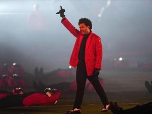 Tampil di Super Bowl, The Weeknd Pakai Jas Givenchy yang Dibuat 250 Jam
