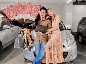 Viral Bikin Iri, Wanita Ini Dihadiahi Pacar Mobil dan Buket Uang Rp 10 Juta